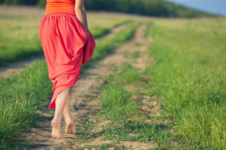 Почему полезно ходить босиком по земле?